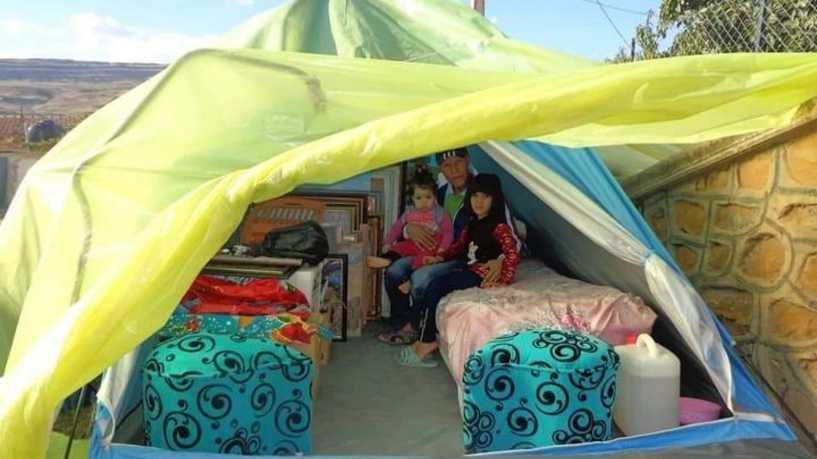 صرخة فنان.. أبيت لأكثر من 5 أشهر تحت خيمة بلاستيكية!