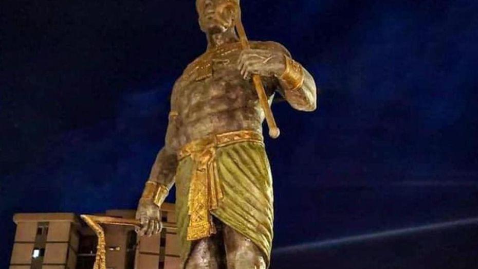 """بالفيديو.. تنصيب تمثال الملك """"شيشناق"""" في تيزي وزو"""