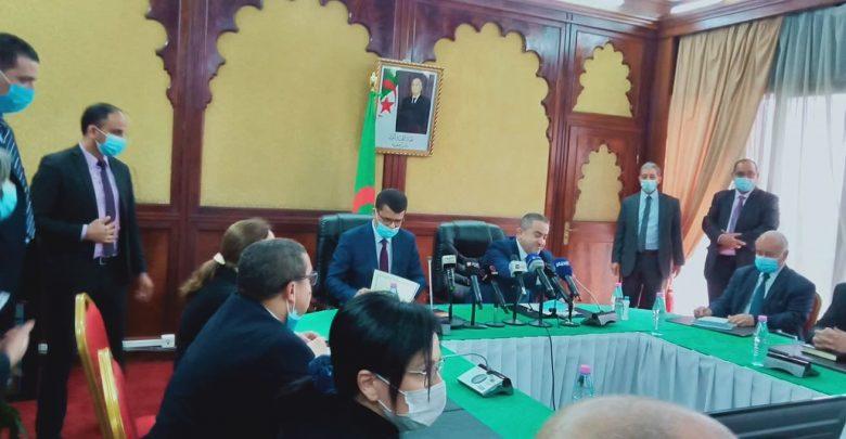 وزير الموارد المائية يتسلم مهامه ويشيد بإنجازات سلفه