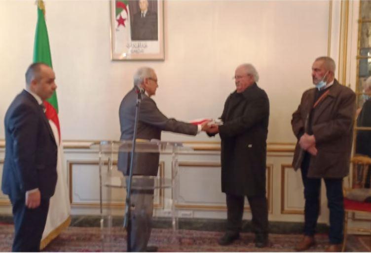سفير الجزائر بفرنسا يسلم الراية الوطنية لعائلة الشهيد بومنجل