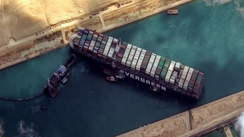 321 سفينة في وضع الانتظار بقناة السويس بسبب جنوح السفينة البنمية