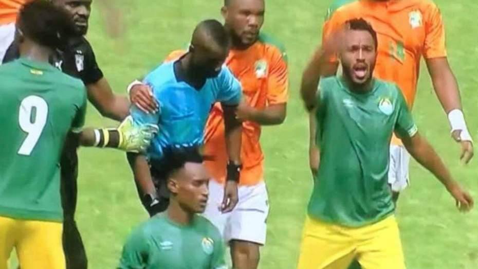 بالفيديو.. حادثة غريبة توقف مباراة كوت ديفوار وإثيوبيا