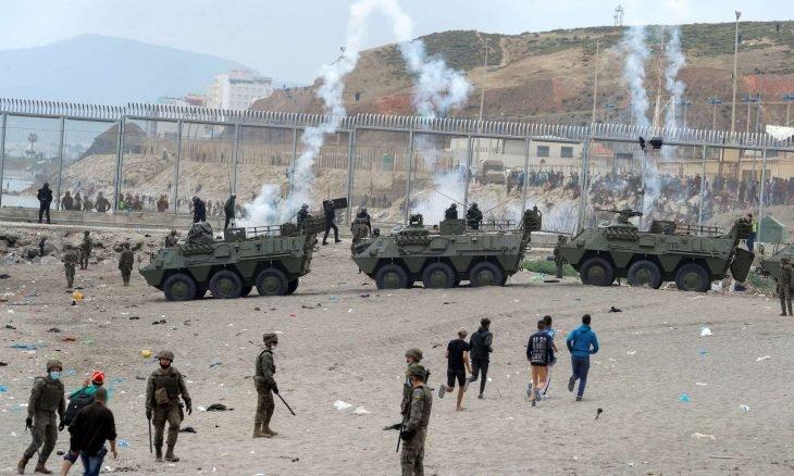 """إسبانيا تنشر قوات للجيش حول مدينة سبتة بسبب """"الحراقة"""" المغاربة"""