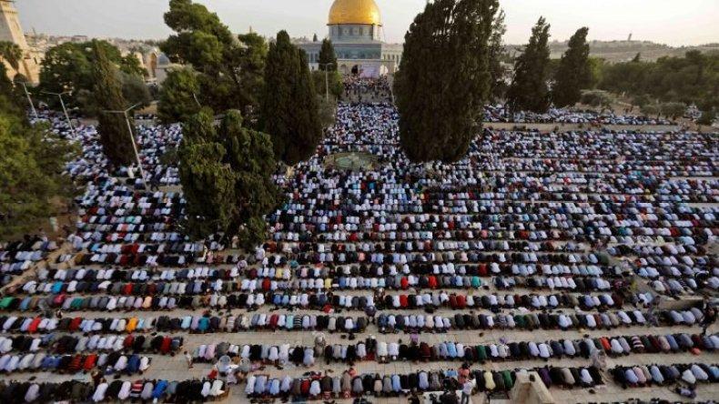 آلاف المصلين الفلسطينيين يؤدون صلاة العيد رغم التضييق الصهيوني