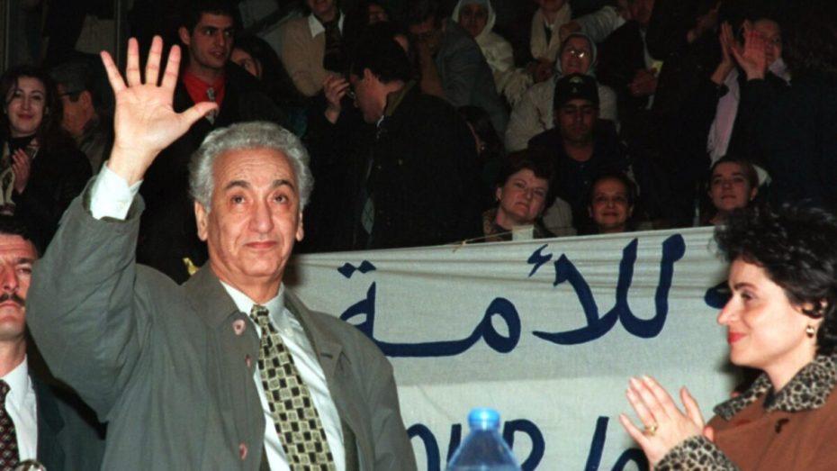 بالصور.. تمثال حسين آيت أحمد بتيزي وزو يتعرض للتخريب
