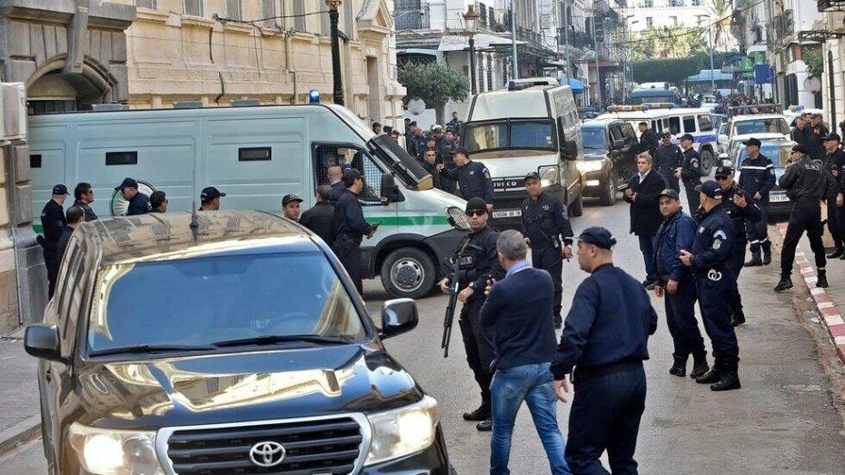 إدانة صحفي بعامين حبسا نافذا وأمر بالقبض عليه