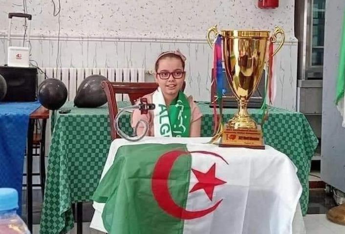 """السفارة الأمريكية بالجزائر تهنئ طفلة جزائرية """"نابغة"""" بعد تتويجها بلطة للعالم"""