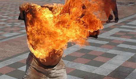 وفاة شباب مغربي أضرم النار في جسده بعد تعرضه للظلم من طرف الأمن