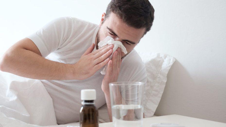 أخصائي يؤكد أن أعراض كورونا والأنفلونزا تتشابه