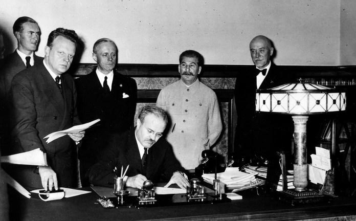Staline, Molotov et Ribbentrop, signature du pacte