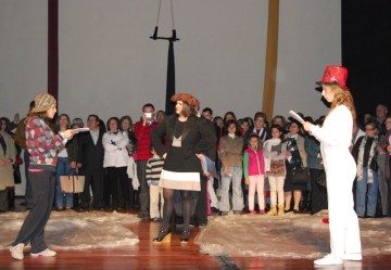 O público invadiu o palco para assistir a um ensaio