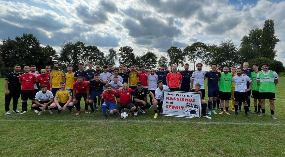 Schiedsrichter Frank Caspers initiiert wichtige Geste vor dem Spiel gegen FC Randerath Porselen