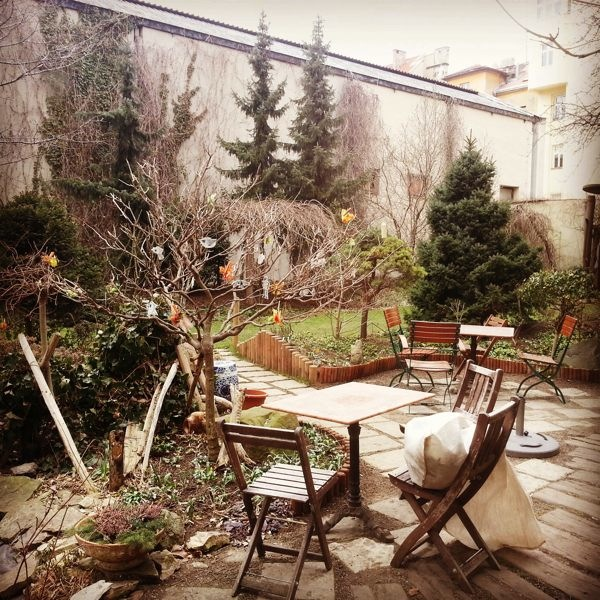 A romantic garden at the back of Alchymista cafe