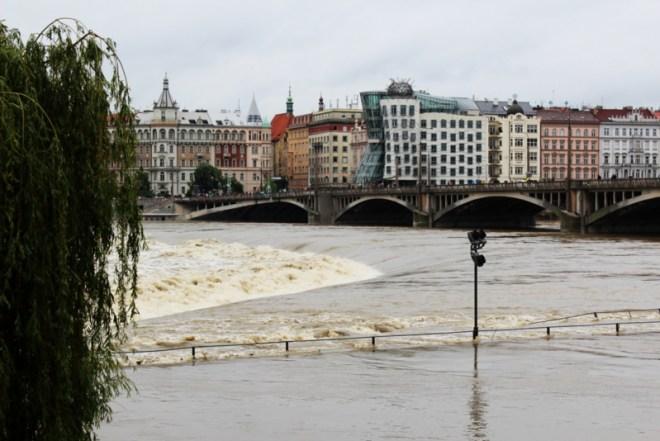 RadkaZKing_Vltava_flooding_DancingHouse_2013