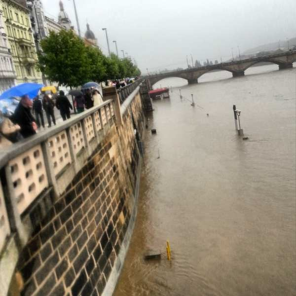 RadkaZimovaK_Prague_pedestrians_watching_flooding_Vltava