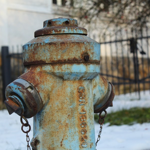 old_rusty_bluehydrant_inwinter