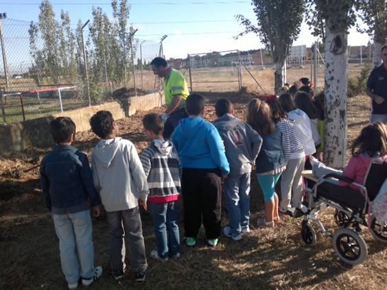 Los alumnos del colegio Melquiades Hidalgo, observan el huerto escolar instalado en el patio del colegio