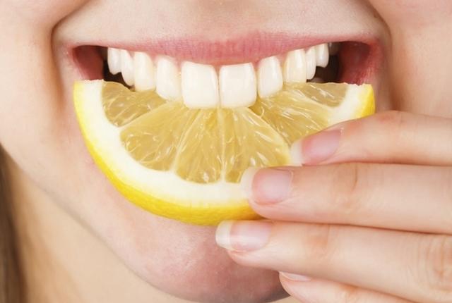 Scurvy &quot;height =&quot; auto &quot;data-recalc-dims =&quot; 1 &quot;/&gt;</a></span> </p><h4> <strong>2. Migliora la digestione</strong></h4><p>Bere acqua al limone dopo essersi svegliati la mattina, aiutare a pulire la pista digestiva <strong> <a href=