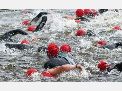 Der Parksee kocht bei 16,5 Grad Wassertemperatur: Die Startphase des Volks-Triathlons. Fotos: Bleuel
