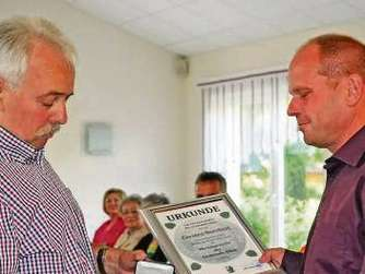 Wolfgang Schulz überreichte Ehrenmedaille und Urkunde.