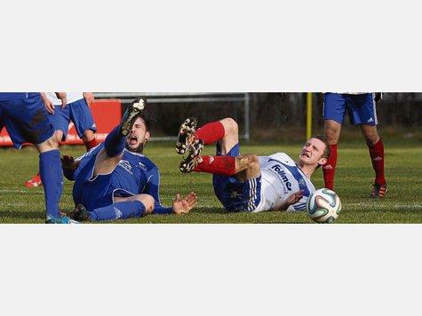 Bodenteichs Kim Winter (links) und sein Gegenspieler Semir Voloder krümmen sich am Boden vor Schmerzen. Später sah der TuS-Angreifer eine unnötige Rote Karte.