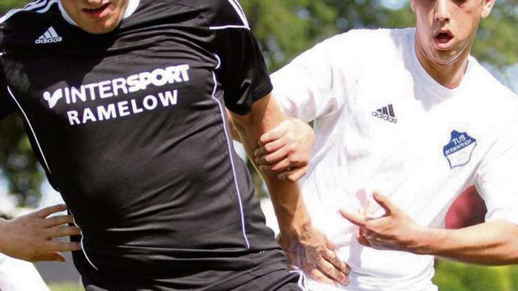 Hält der TuS Bodenteich (rechts Azad Karamac) den SV Emmendorf (Sönke Elbers) am Sonntag auf? Foto: Marud