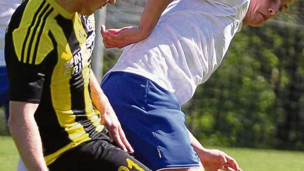 Bodenteich (rechts Julian Niebuhr) oder Gellersen: Am letzten Spieltag entscheidet sich im Fernduell, welches der beiden Teams in der kommenden Saison in der Landesliga spielt. Fotos: Marud