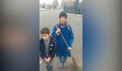 Süpürgəçi qadın 8 yaşlı oğlu ilə parkda yatır – VİDEO