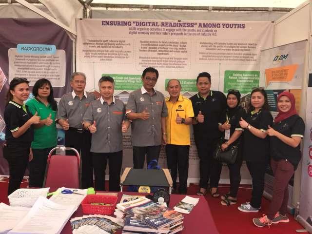 Lawatan YB Datuk Haji Abdul Karim Rahman Hamzah, Menteri Pelancongan, Kesenian, Kebudayaan, Belia dan Sukan Sarawak ke booth AZAM Sarawak.