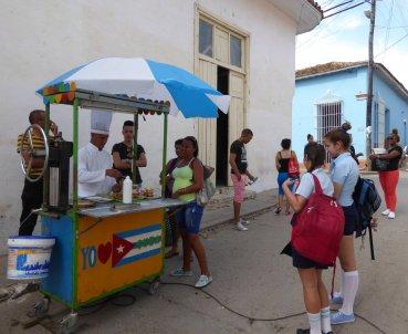 Kijk die straatverkoper met z'n koksmuts, alsof churros een culinair hoogstandje is... Trinidad