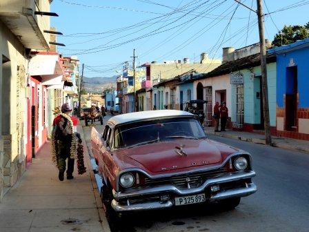 Leuk straatje met knoflookverkoper, gekleurde huisjes en natuurlijk een mooi auto. Trinidad