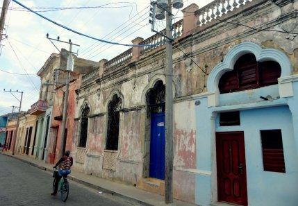 Mooi afgebladderd straatje. Camagüey