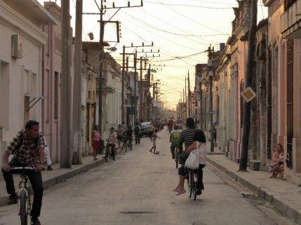 Straatje in avondlicht. Camagüey