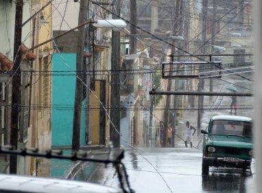 We kunnen onze casa al zien, maar toch is die te ver weg in deze regenbui. Santiago de Cuba