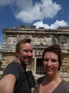 Wij bij een van de mooi versierde tempels van Chichén Itza
