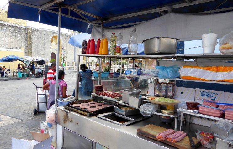De standaard straatsnack van Mexico: worst, hamburgers en heel veel saus. Merida