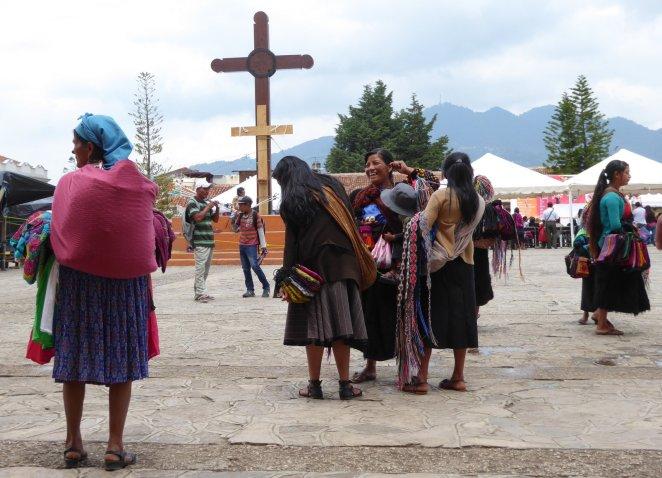 Aan verkoopsters geen tekort in San Cristóbal de las Casas.