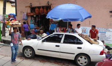 Ook auto's kun je prima gebruiken om je marktwaar uit te stallen. San Cristóbal de las Casas
