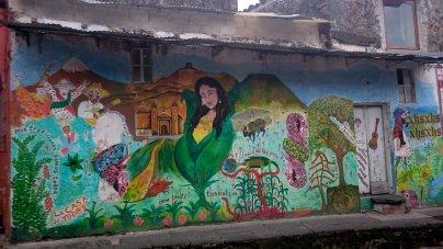 Vrolijke muurtjes overal in Mexico! Deze in Xico.