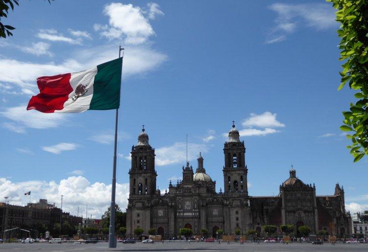 So die Mexicanen zijn echt onwijs goed in grote vlaggen. Daarachter de ook niet kleine Catedral Metropolitana. Mexico City