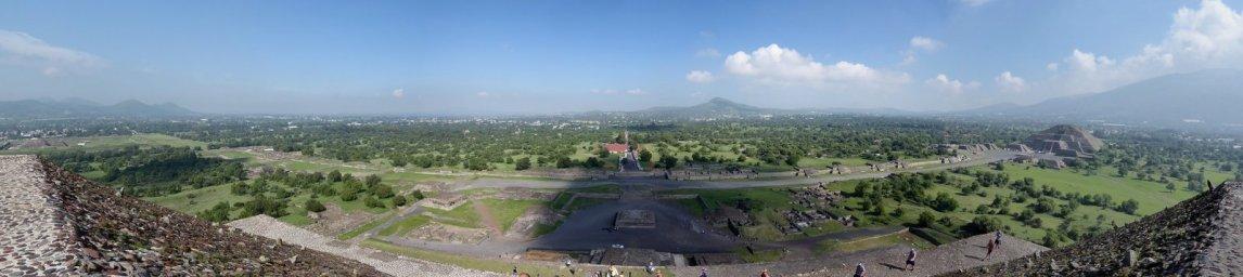 De laan van de doden vanaf de piramide van de zon. Teotihuacán