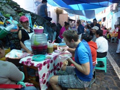 Nom nom nom nom nom. Kijk die jongen lekker smullen van mijn maaltje. Taxco