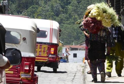 Stoere cowboy bloemenbezorger. Chichicastenango