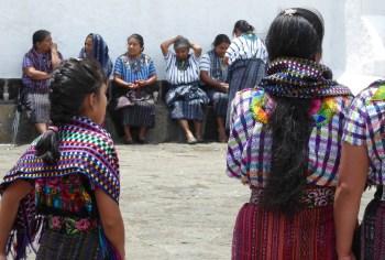 De vrouwelijke klederdracht in Santiago de Atitlán.