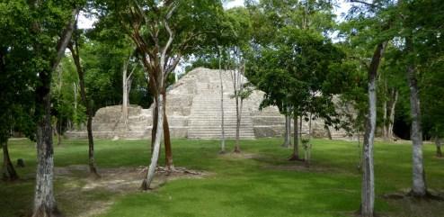 De piramide van Cahal Pech.