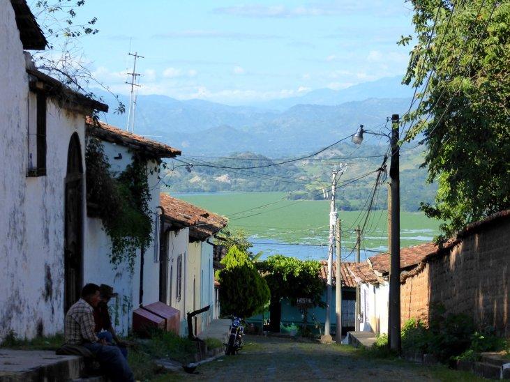 Doorkijkje naar Lago Suchitoto vanuit Suchitoto.