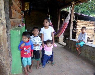 De blanke kinderen om het hoekje zijn een bezienswaardigheid. Tacuba