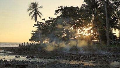 Afval verbranden ziet er mooi uit in het avondlicht. El Zonte