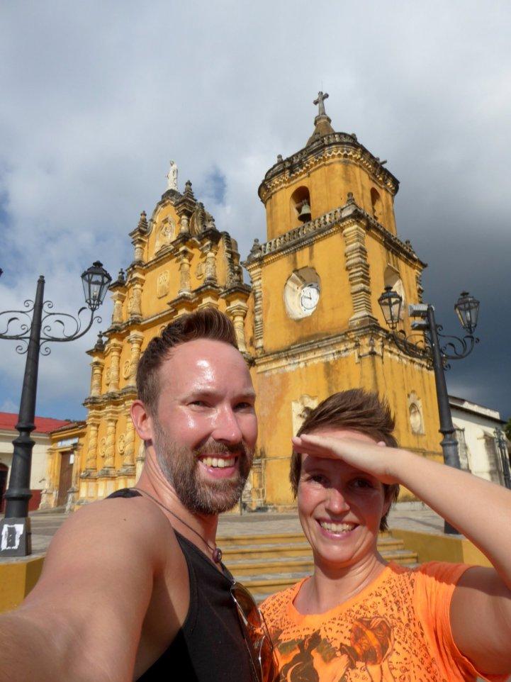 Hep'ie us bij het geelste kerkje in León.
