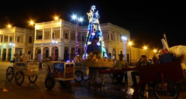 De avondverkopers zitten er gezellig bij met de kerstboom. Granada